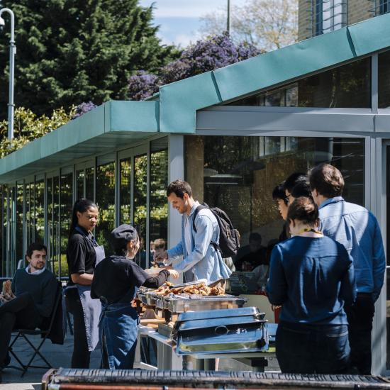 Staff and students at Oxford Saïd enjoying a lunchtime barbeque